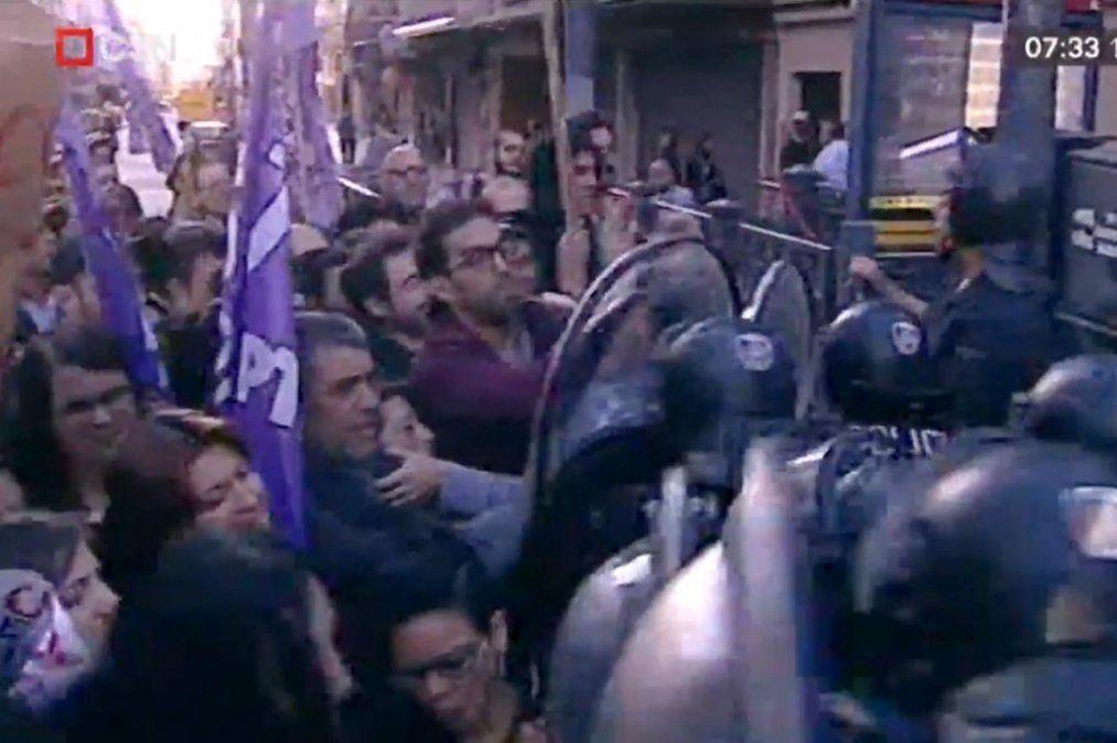 Trabajadores de Coca Cola se enfrentaron con la Policía en el centro porteño