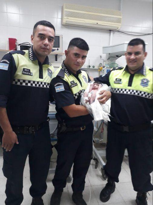 Policías parteros: Ayudaron a una joven a dar a luz en una garita