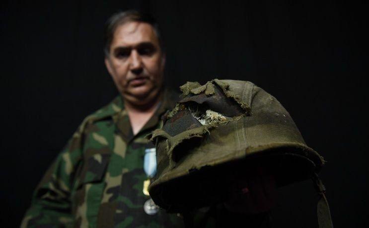 El héroe de Malvinas tiene su casco de vuelta: tengo en mano a quien me salvó la vida