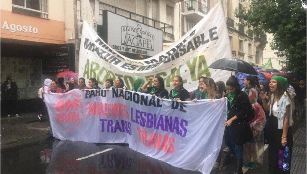Miles de mujeres marcharon en la plaza Independencia por el Día Internacional de la Mujer