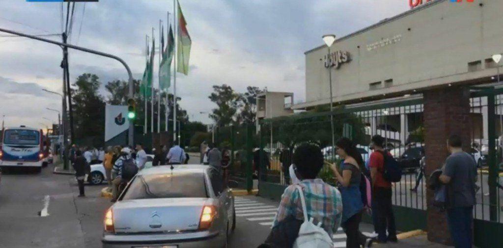 Por segunda vez en tres días, vuelven a evacuar el shopping Unicenter por amenaza de bomba