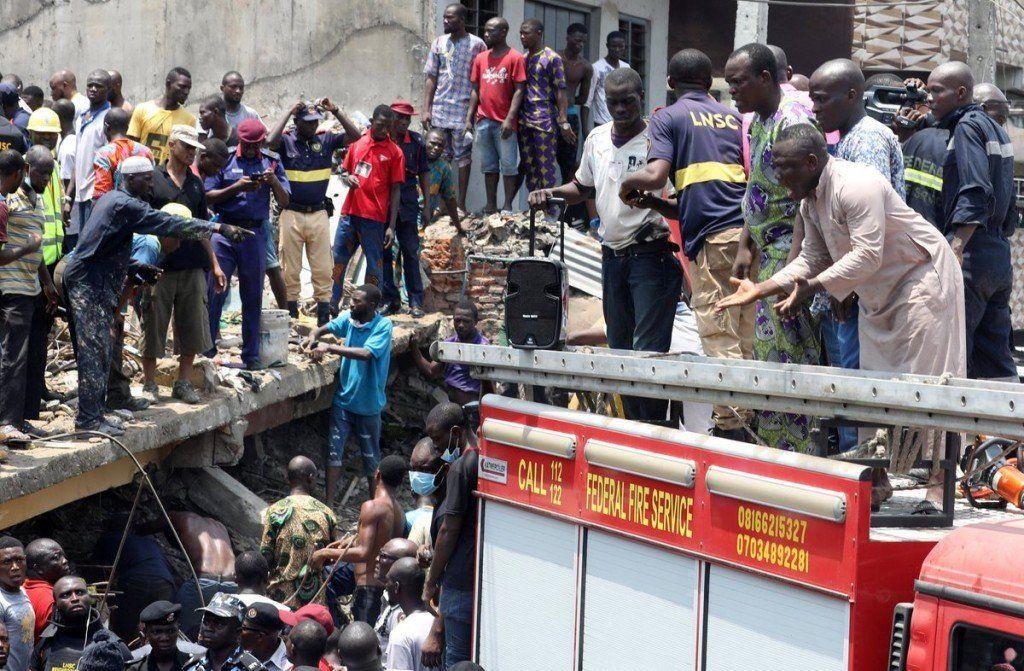 Se derrumbó una escuela en Nigeria: más de 100 menores sepultados