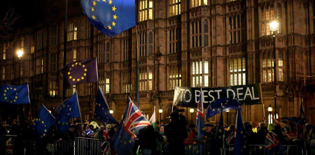 El parlamento británico votó en contra de cualquier Brexit sin acuerdo