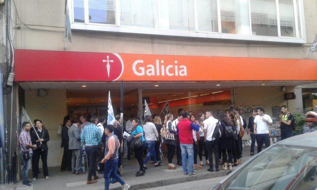 Continuará la protesta de trabajadores de una entidad bancaria