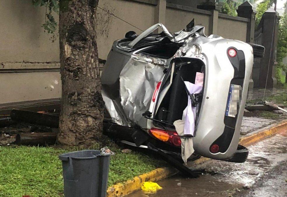 Volcó y destruyó su auto y una parada de colectivos: resultó ileso