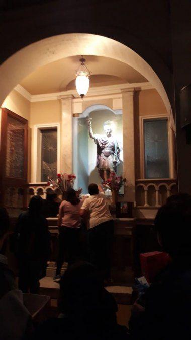 La crisis hace que crezca el número de fieles que visitan a San Expedito