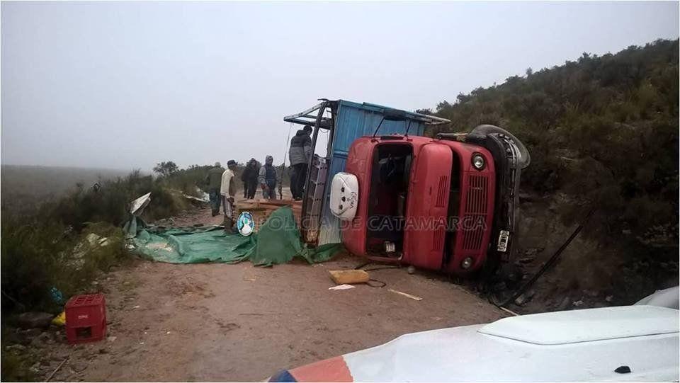 Andalgalá: volcó un camión cargado con madera, hay dos heridos