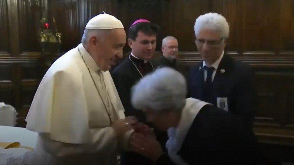 Al final explicaron por qué el Papa no dejó que feligreses le besaran el anillo