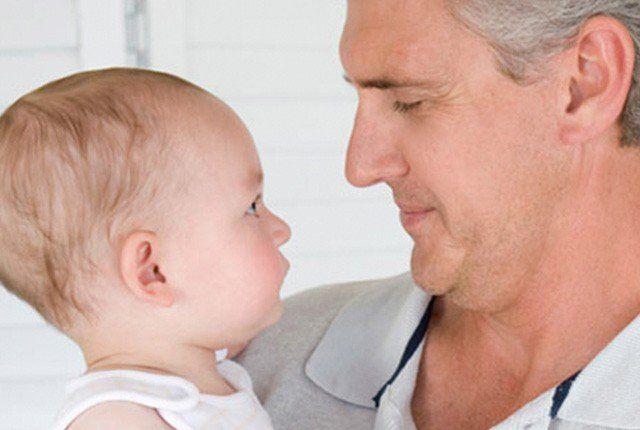 Los bebés de padres mayores de 40, también tienen más riesgos de salud al nacer