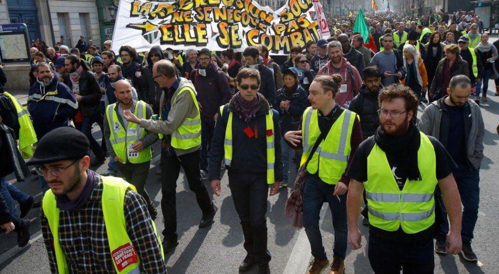 Los chalecos amarillos trasladaron su protesta al interior de Francia