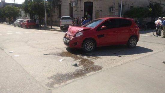 Accidente en Monteros: Una camioneta terminó arriba de la vereda