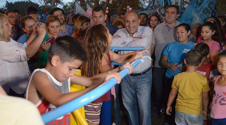 El gobernador inauguró una plaza en el barrio Alberdi Sur