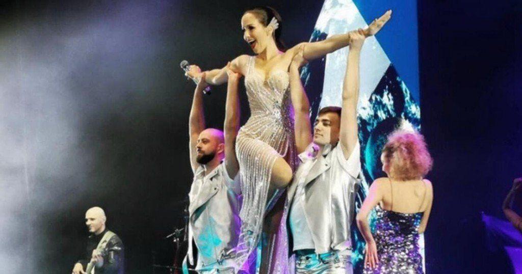 Que los cumplas feliz: Natalia Oreiro interrumpió su recital en Rusia para saludar a su amigo y colega, Facundo Arana