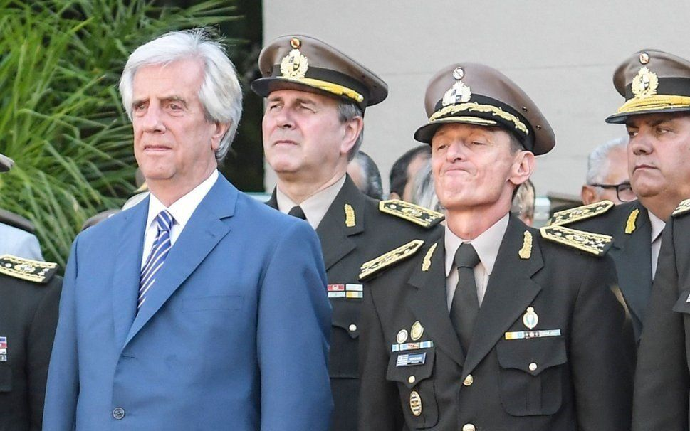 Uruguay: Tabaré Vázquez destituyó al ministro de Defensa y a toda la cúpula militar
