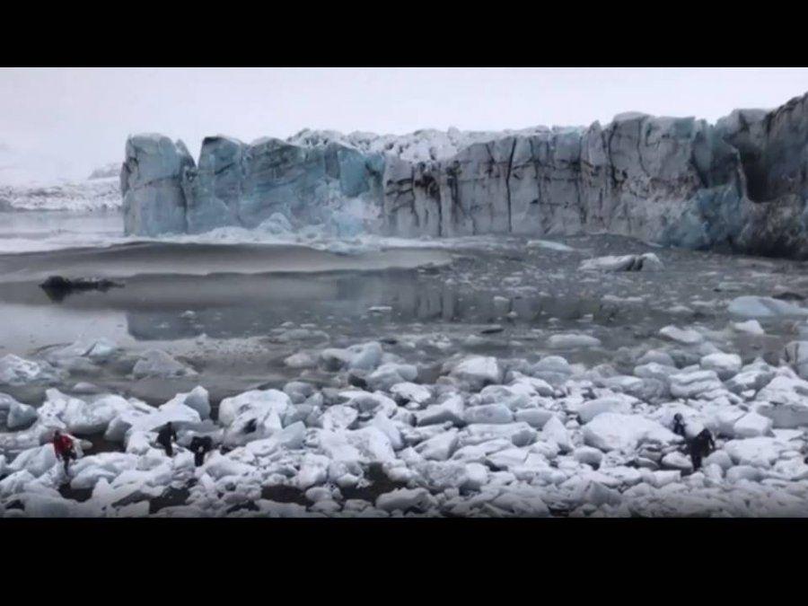 Una ola formada por el desprendimiento de un glaciar obligó a huir a los turistas que fotografiaban el acontecimiento