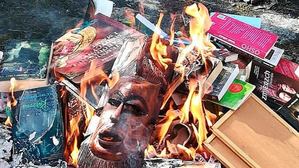 De no creer: sacerdotes católicos de Polonia quemaron libros de Harry Potter para evitar la brujería