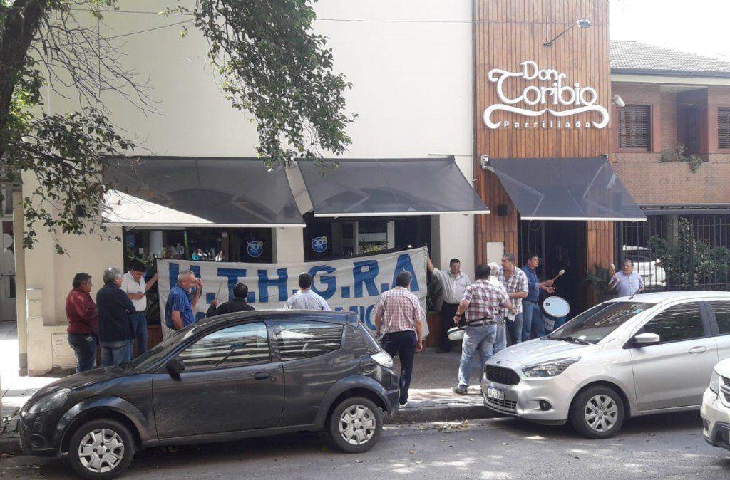 UTHGRA protestó frente a un restaurant por cinco despidos