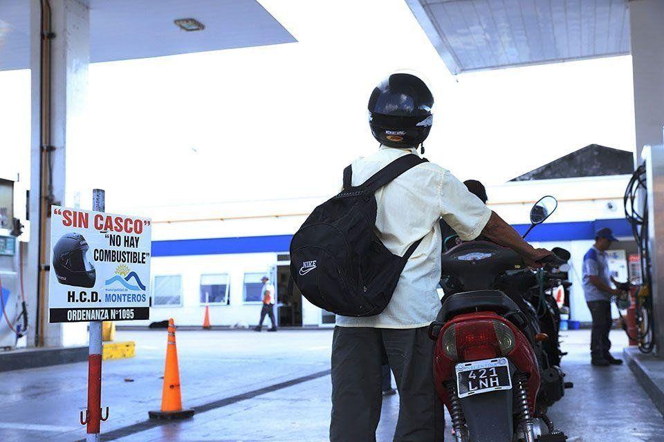Estamos en contra de que prohíban cargar nafta a quienes no usen casco