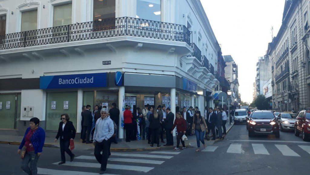 Trabajadores del Banco Ciudad protestan por despidos
