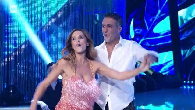 Gabriel Batistuta bailó por un sueño con su esposa y sorprendió en el reality italiano