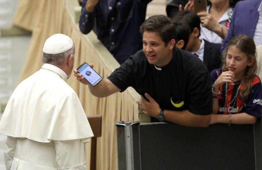 """El Papa aseguró que los celulares son """"como una droga"""""""
