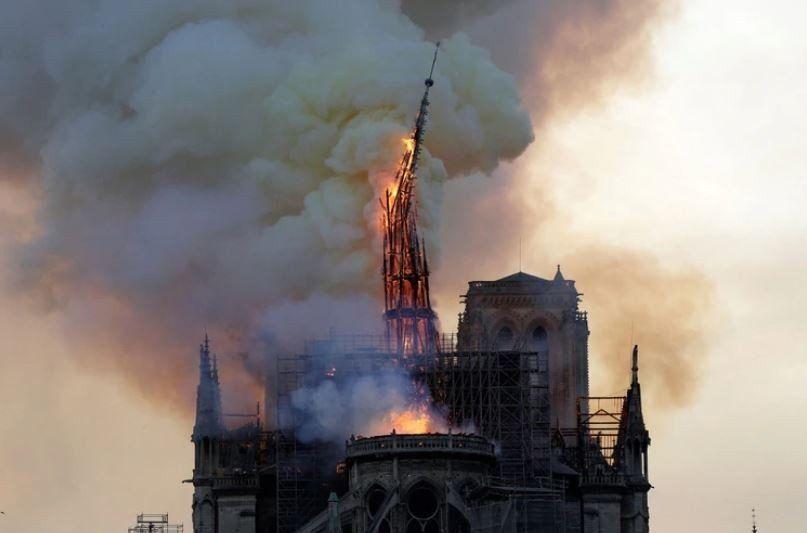 VIDEO Así fue el derrumbe de la aguja de la torre principal