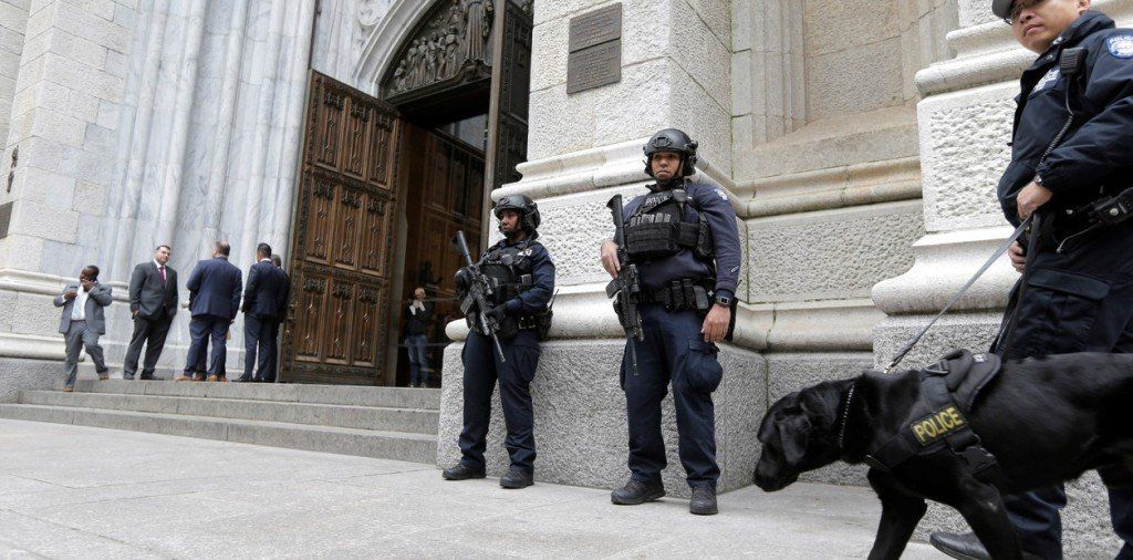 Detuvieron a un hombre que intentó entrar con bidones de nafta a la catedral de Nueva York