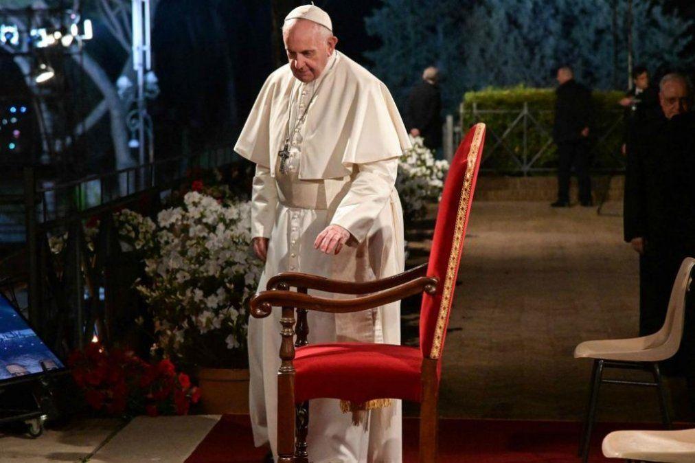 En el Vía Crucis, Francisco rezó por los crucificados de hoy