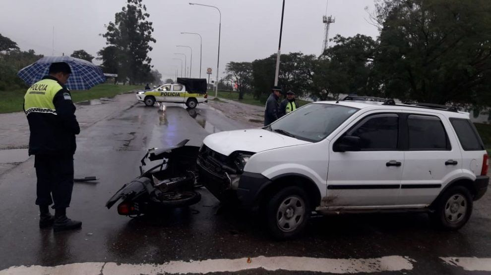 Tres heridos tras un accidente entre una camioneta con una moto