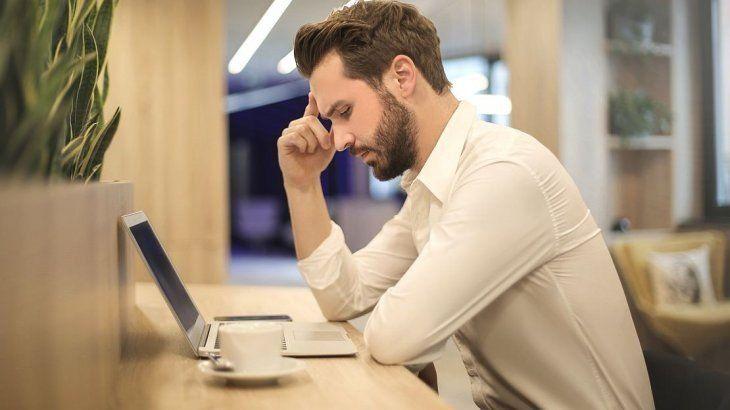 Sentarse mal en el trabajo, una costumbre perjudicial
