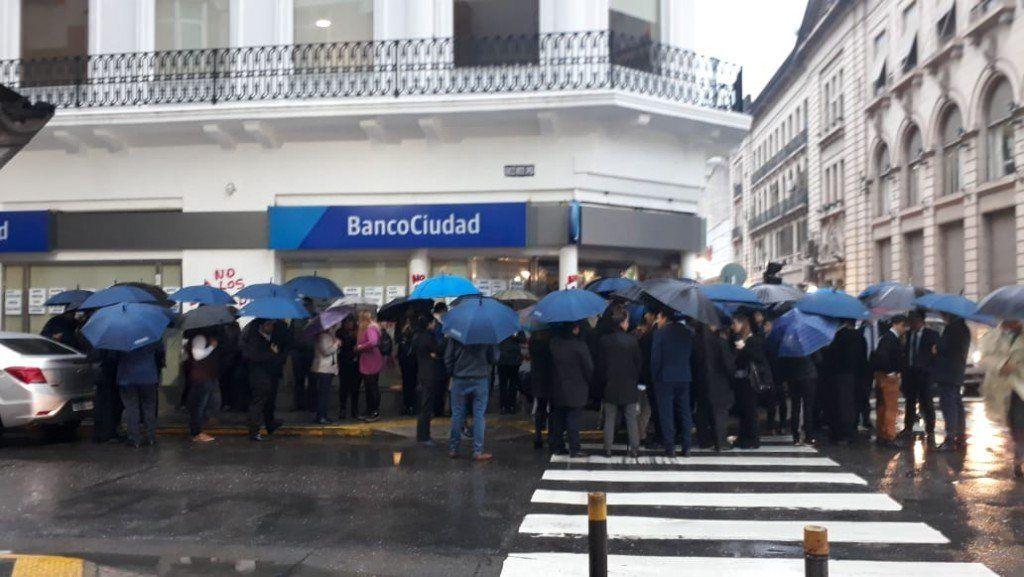 La Bancaria volvió a cortar el tránsito en San Martín y Laprida