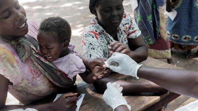 La vacuna contra la malaria infantil, que lleva 30 años en desarrollo, ya empezó a aplicarse a gran escala