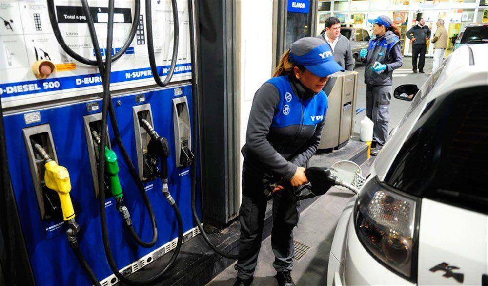 Combustibles: anticipan que en mayo subirán más de un 5%