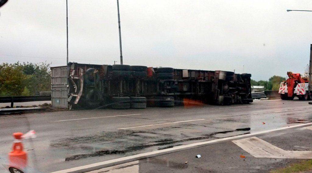 Un camión con acoplado volcó en la Autopista Panamericana