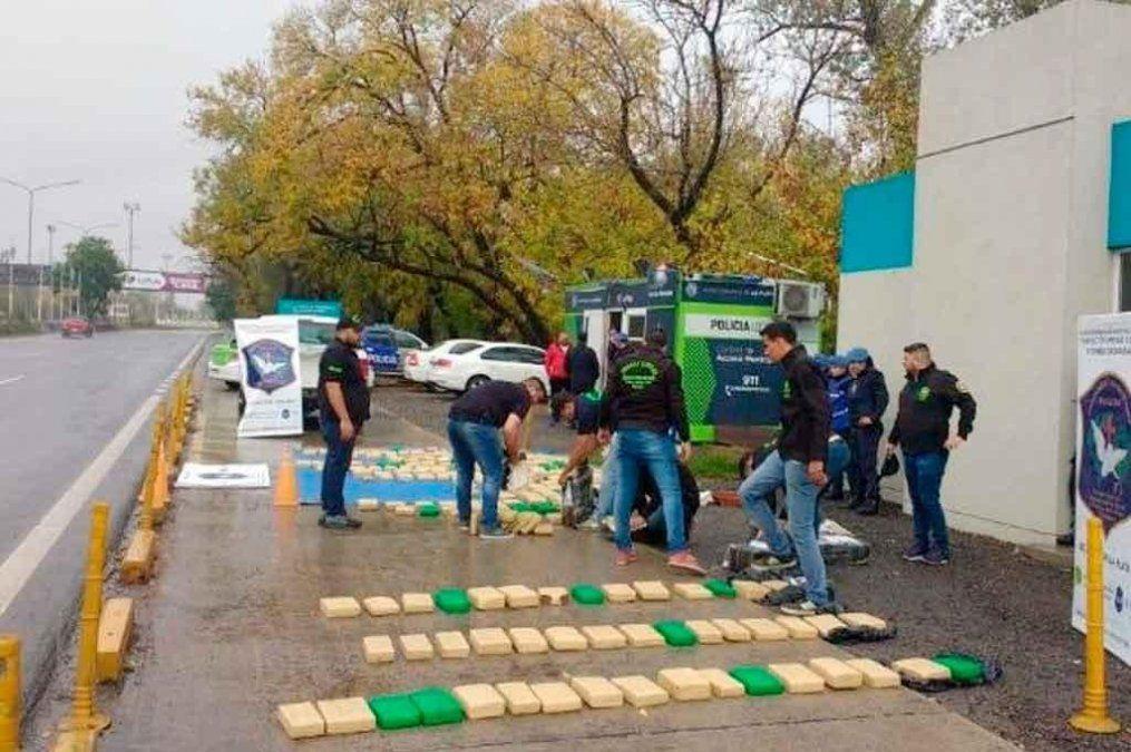 Dos detenidos por llevar 500 kilos de marihuana en bolsas de alimento para perros