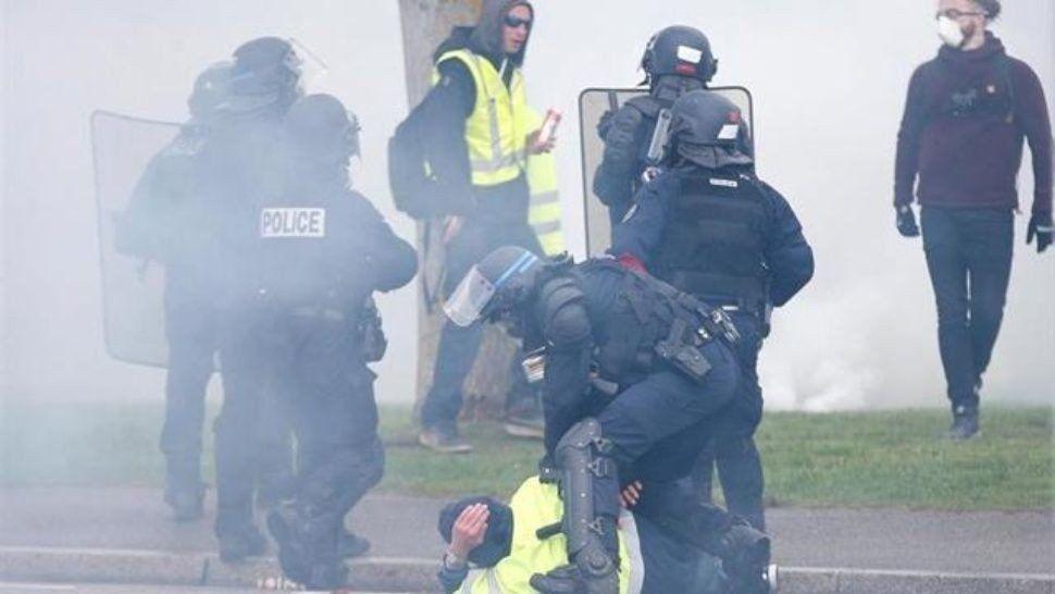 Nuevo enfrentamiento entre chalecos amarillos y policías