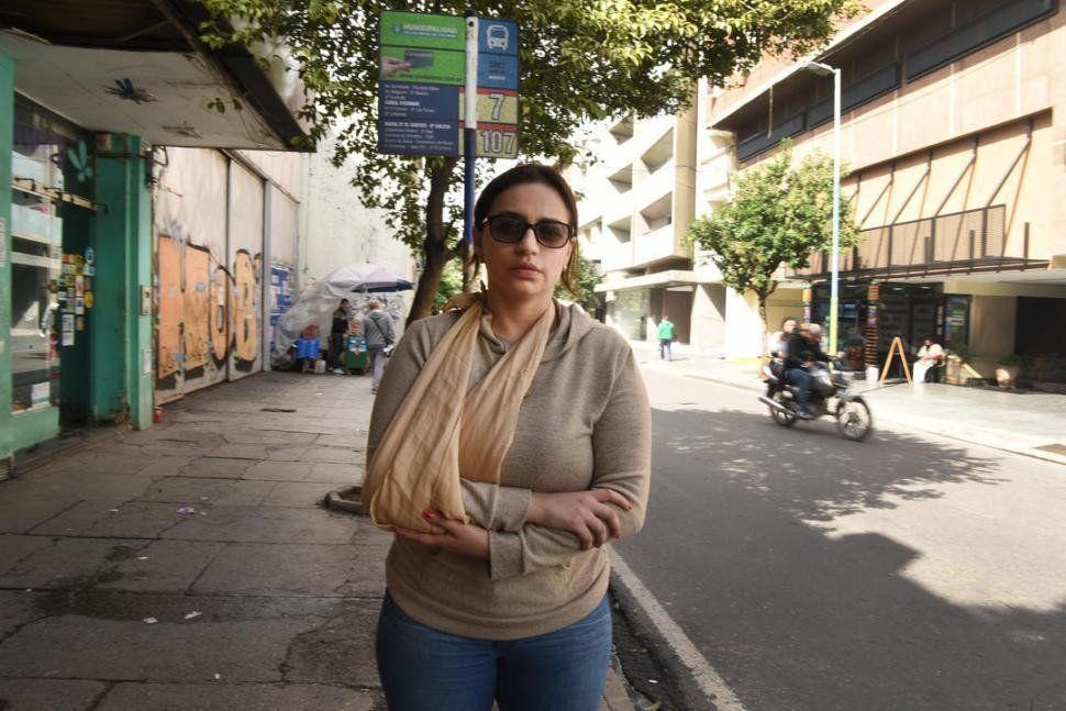 La joven asaltada en la parada de ómnibus dice tener miedo cuando sale a la calle