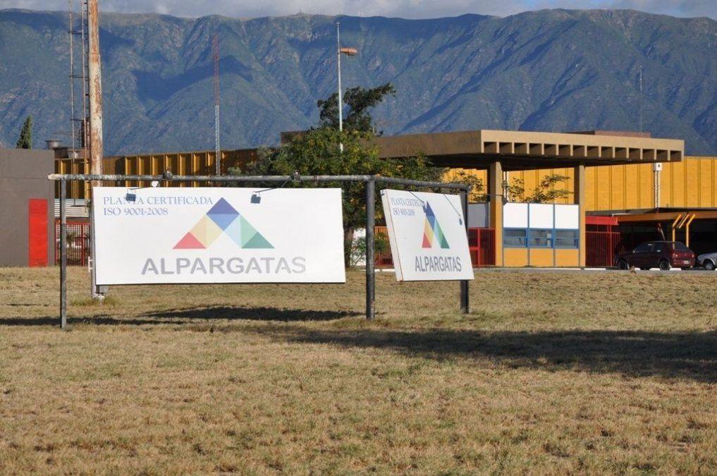 Ex empleados de Alpargatas Textil presentan requisitos para un subsidio de $1500