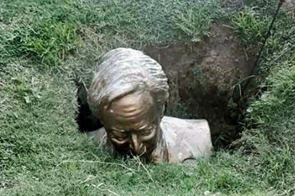 Vandalizaron y enterraron un busto de Néstor Kirchner
