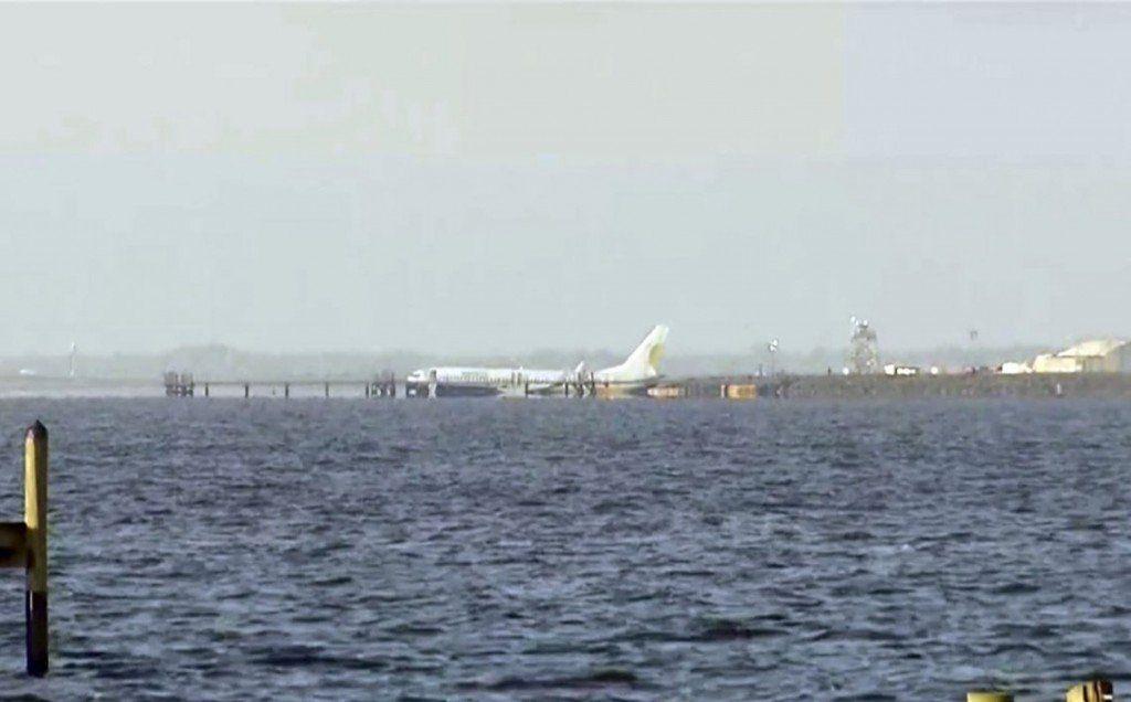 Estados Unidos: un avión despistó y cayó en un río de Florida