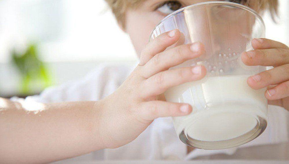 Beber leche ¿hace más fuerte a los huesos?