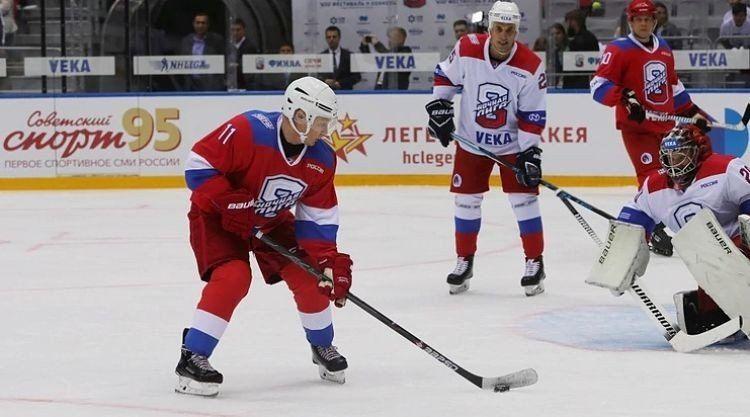 Vladimir Putin se cayó en una exhibición de hockey sobre hielo
