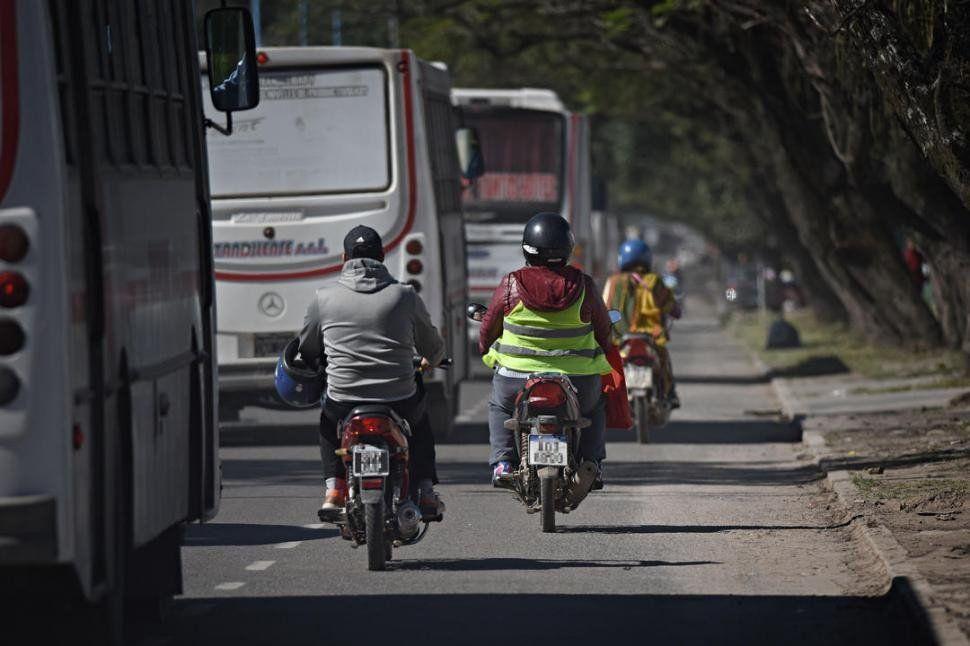 Los motociclistas deben usar chalecos reflectivos para circular