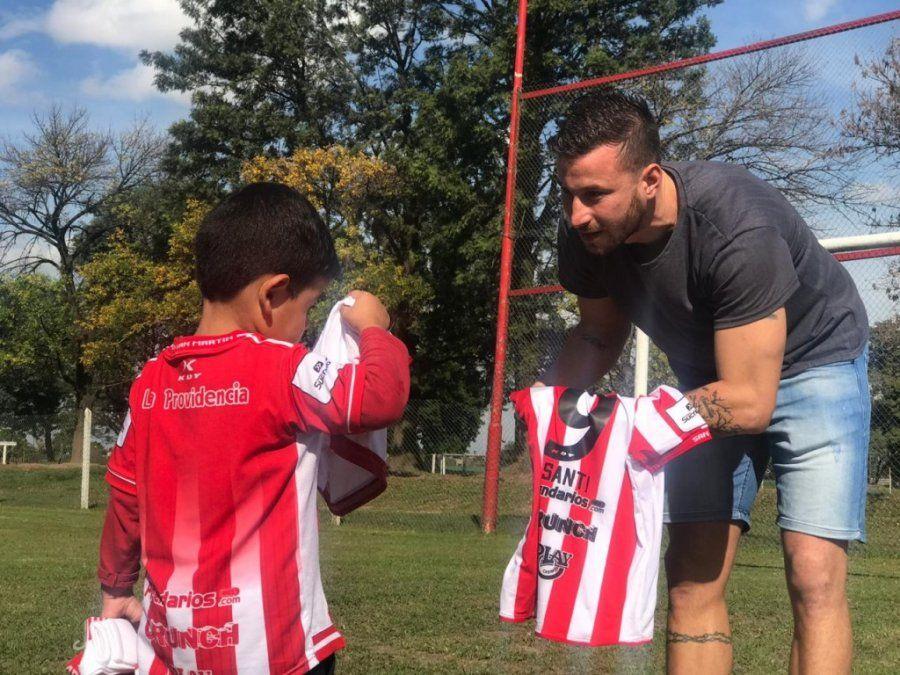 Santi conoció a su ídolo y le regalaron indumentaria de San Martín