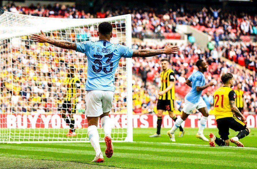 Manchester City vapuleó al Watford de Pereyra y gritó tricampeón