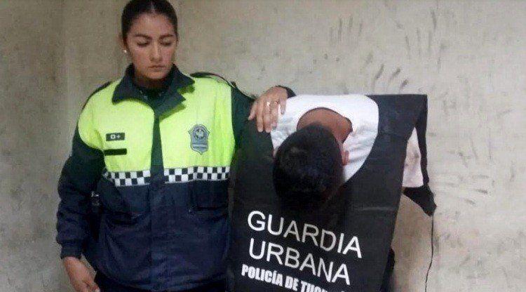 Agredió e intentó quitarle el arma reglamentaria a una policía