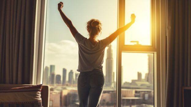 Por qué es importante la luz solar para dormir mejor y cómo puede influir en nuestra calidad de vida