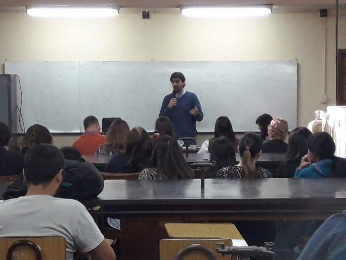 Docentes universitarios debaten en una nueva asamblea