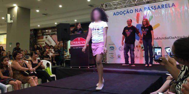 Brasil: polémica por un desfile en un shopping para adoptar chicos