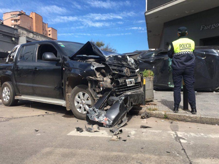 Destrucción y vuelco: chocaron dos camionetas durante la madrugada